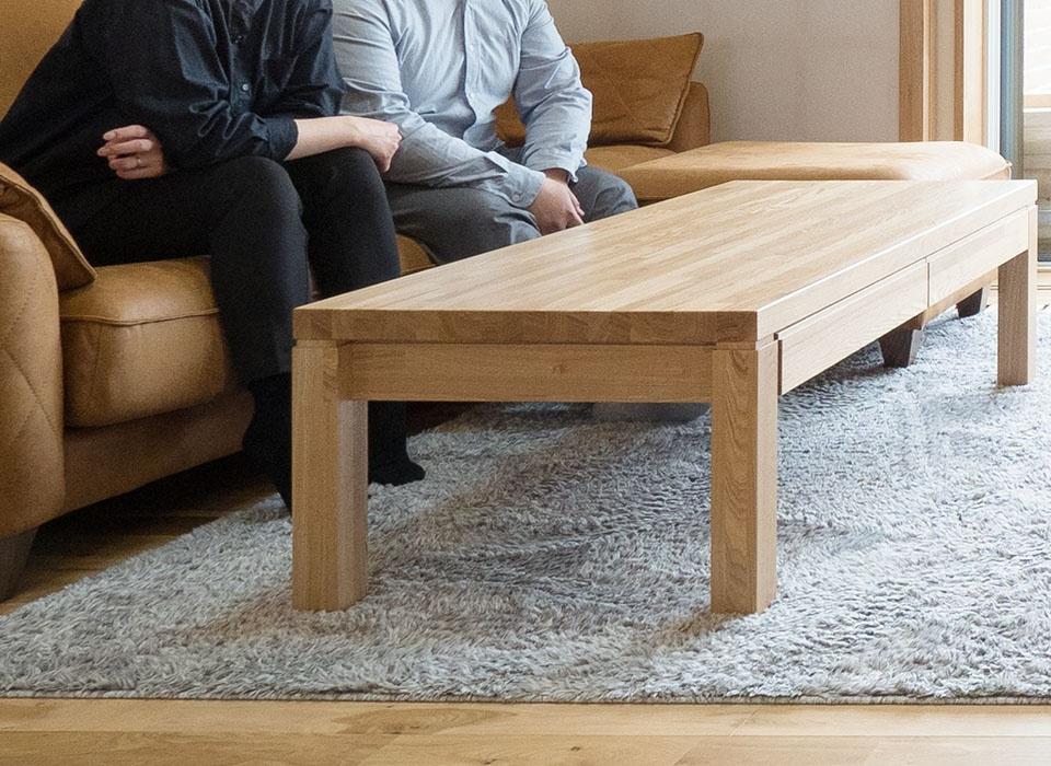 リビングテーブルの引き出しは、写真右側に2つ、さらに左側にもついている