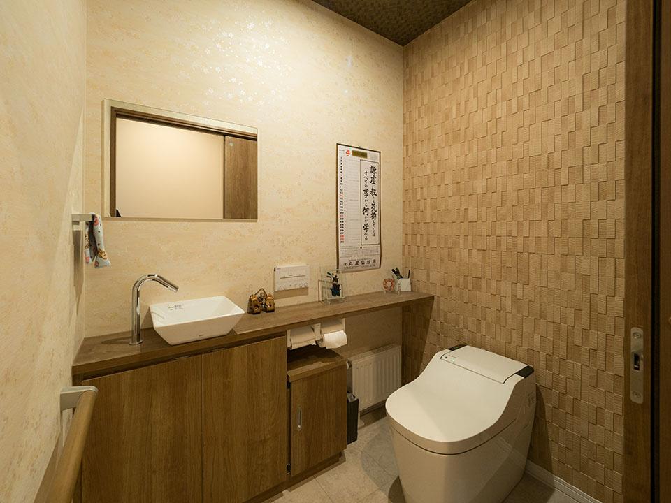 バリアフリーも考え、広めにして握りバーなどももうけたトイレ