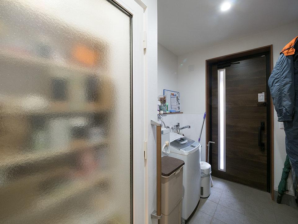 保冷庫(写真左)は、中の照明を付けると中身がうっすらわかる