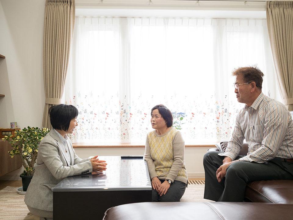 イゼンホームの中村さん(左)とMさんご夫妻