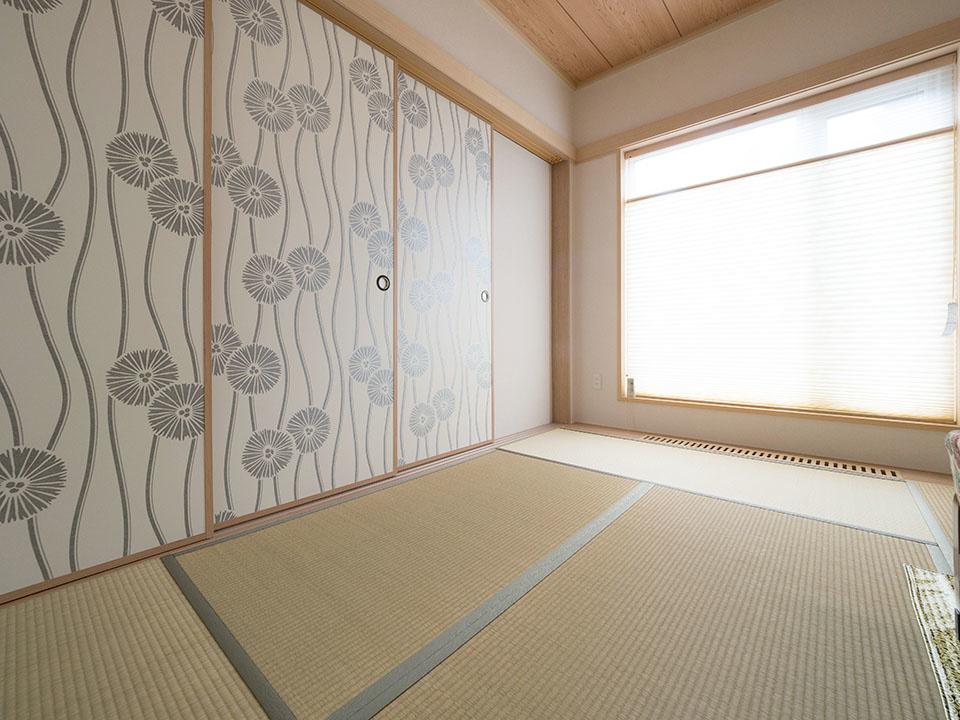 和室のふすまは、壁紙を貼って和洋ミックスしたデザインに