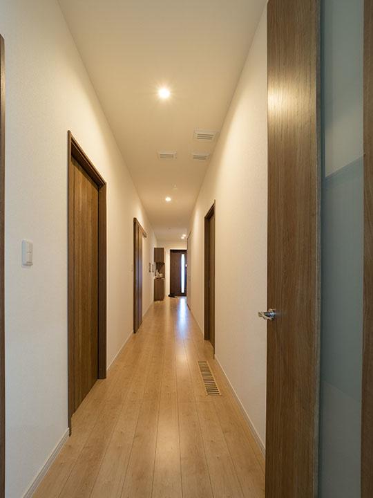 10mある廊下が狭く見えないのは、廊下の幅を1.2mと通常よりも広めにしているから
