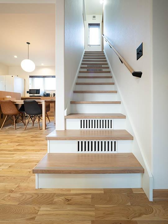 階段には、循環して冷えた空気が床下に戻るスリットが空いています