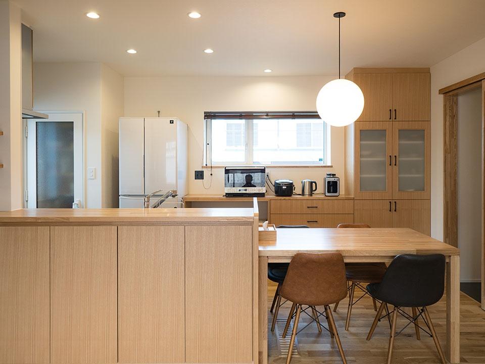 キッチンカウンター、テーブル、キッチン収納はすべてご主人設計の造作