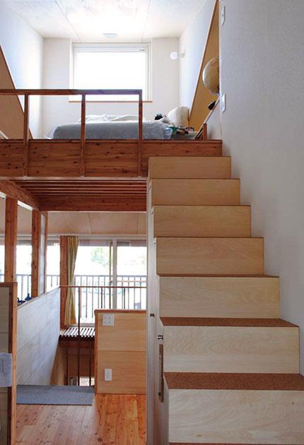 多用途に使えるロフトスペース。赤みを帯びたカラマツ材に対して階段などには白いシナ材が効果的に配されている