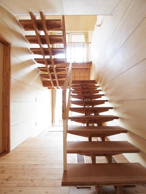 1階から2階へは開放的なオープン階段を採用。幅広で段差も低いため「洗濯物を持っても上り下りしやすいんです」と奥さん