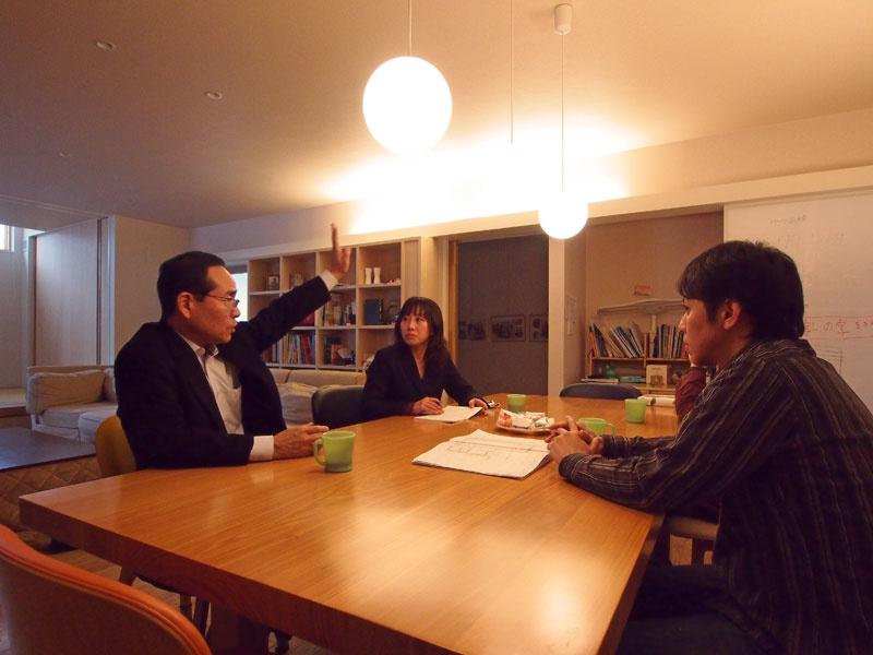 写真左橋が拓友建設の妻沼社長、右端がメグロ・アーキ・スタジオの目黒泰道さん