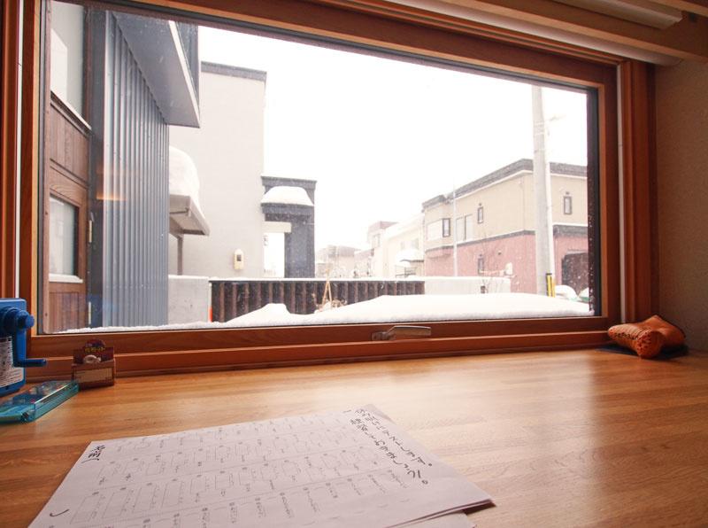 リビングの一角に、勉強コーナーがある。勉強に疲れたら、外の景色を眺めて気分転換