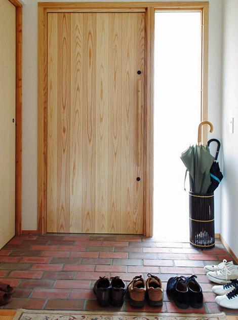 玄関には地元江別の名産であるレンガが敷き詰められている。続く廊下には段差がなく、さりげないバリアフリーという印象だ