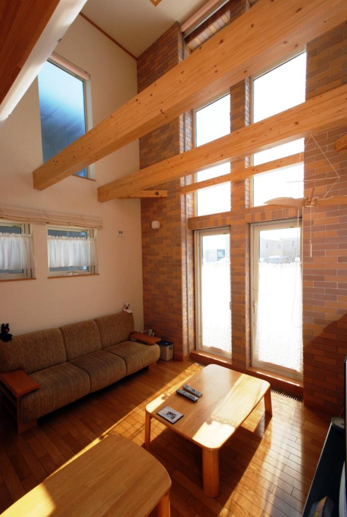 この家の中心。開放的で木の風合いが心地よい、家のあちこちにいる家族の様子が感じられるリビング