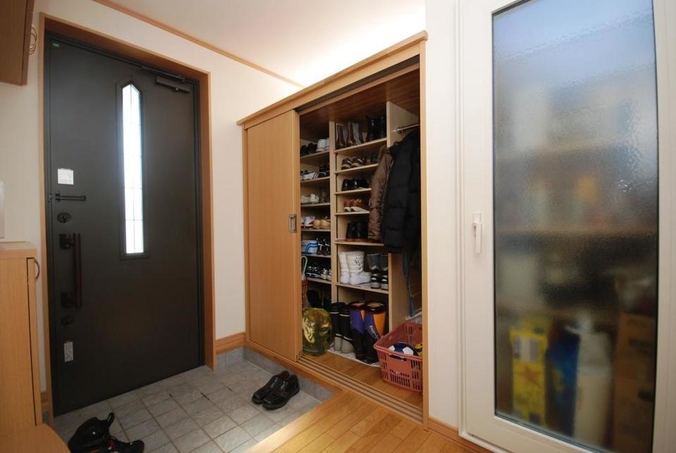 玄関は膨大な収納力のあるクローゼットと食品庫を設置