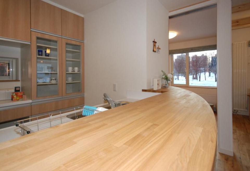 カウンターの天板カーブが優しい雰囲気を醸している。キッチンなど水回りの設備は2社の候補から選ぶことができる