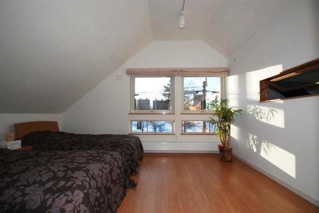 2階寝室。写真左側の壁の高さは1メートル。コストダウンと空間の有効活用、外観デザイン向上を両立した工夫