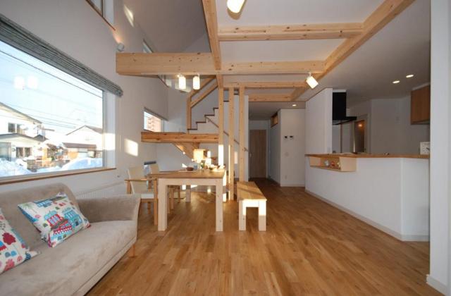 無垢のフローリングの良さを感じさせる広々とした13畳のダイニング。押入が付いた4.5畳の洋室とひと続きになっている