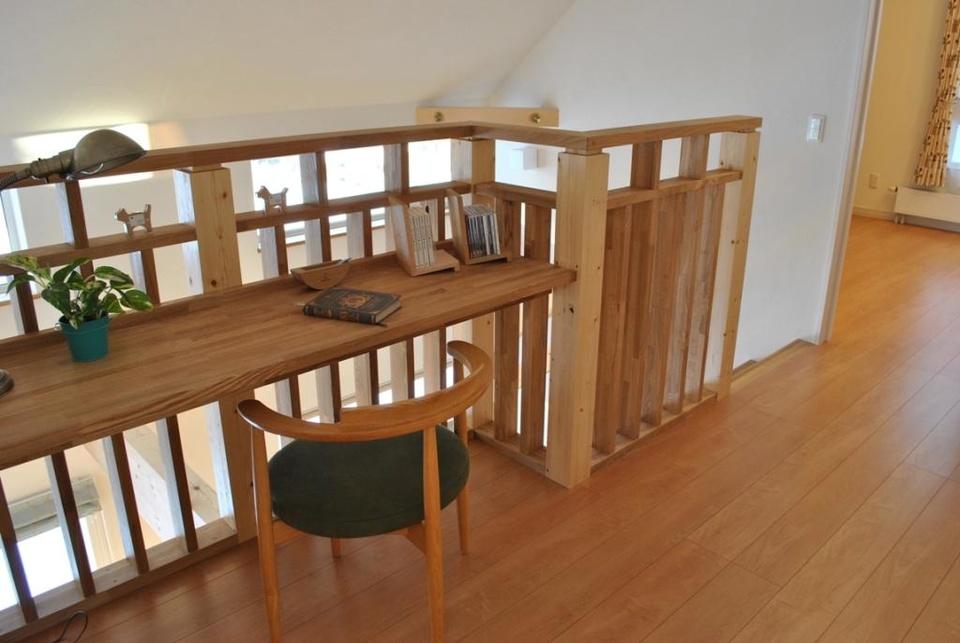階段わきの多用途に使えるカウンターは注文住宅でも要望が多かったもの。座った視線の先には可愛らしいアクセント
