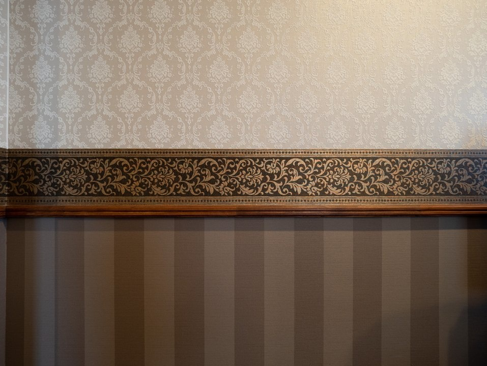 寝室はクラシカルな雰囲気で壁紙を貼り分けた