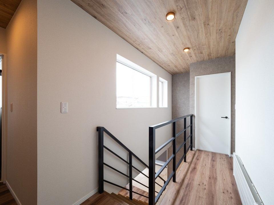 2階ホールの天井はデザイン上のアクセントに