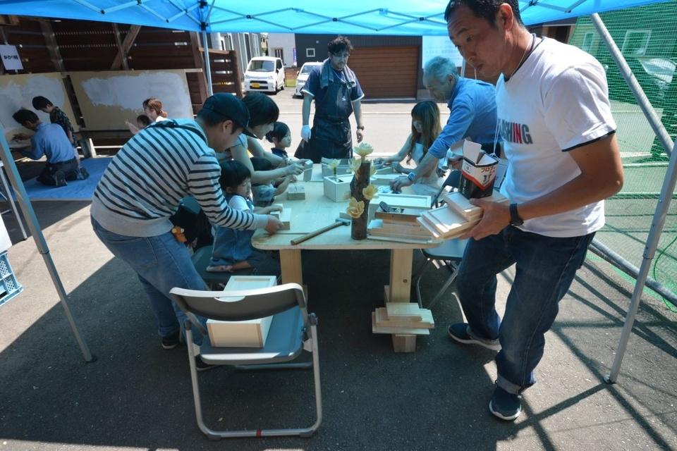 右の男性が渋谷建設の棟梁・一家さん。木工体験教室でもお客様に丁寧にアドバイスしていました