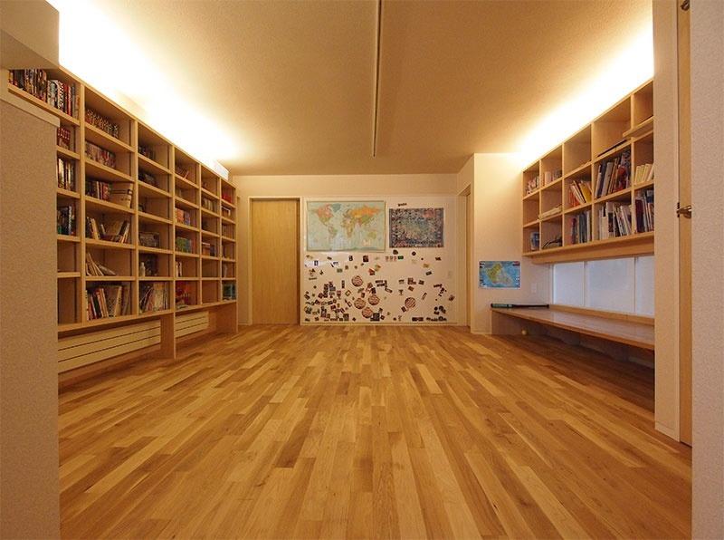 2階の共用ホール。お子さまの本などを壁付の本棚に収納し、写真右に吹き抜けにつながる扉がある