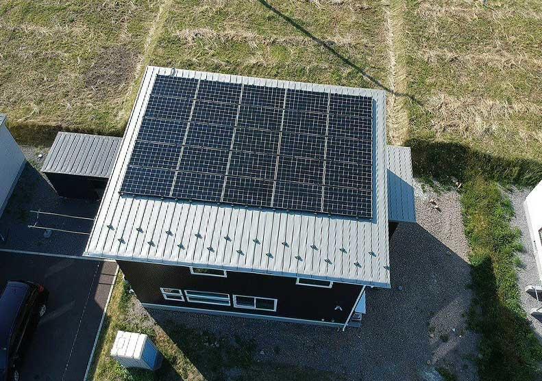 Kさん邸の太陽光パネル。自社大工で設置も行っている