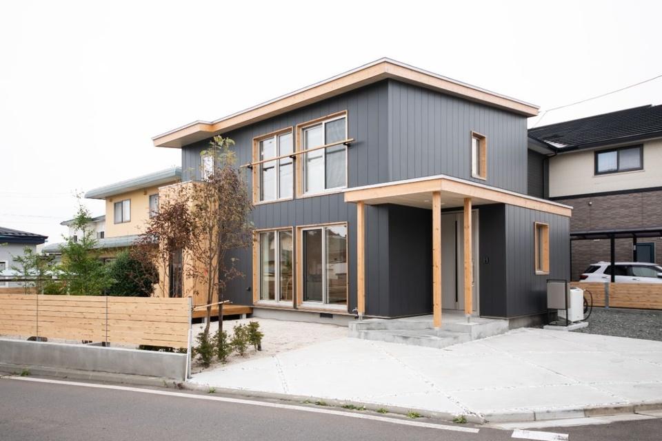 鋼板外装に木を組み合わせた個性的な外観。写真右側にV2H システムを設置している