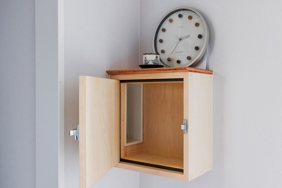 造作で作ってもらった断熱仕様の郵便受け。リビングルームの雰囲気に溶け込んでいます