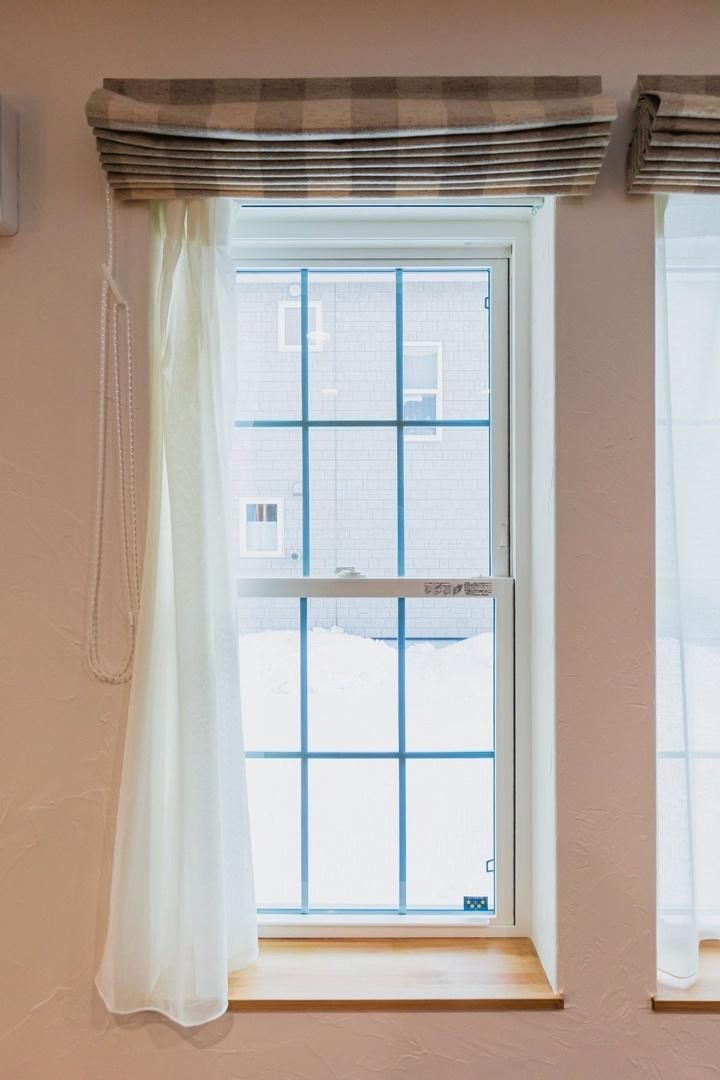 格子の入った欧米風のデザインが気に入って選んだ窓はクレトイシ株式会社の「モンタージュ」というシリーズのもの。北側・東側には日射遮蔽タイプを、南側・西側には日射取得タイプを使っています