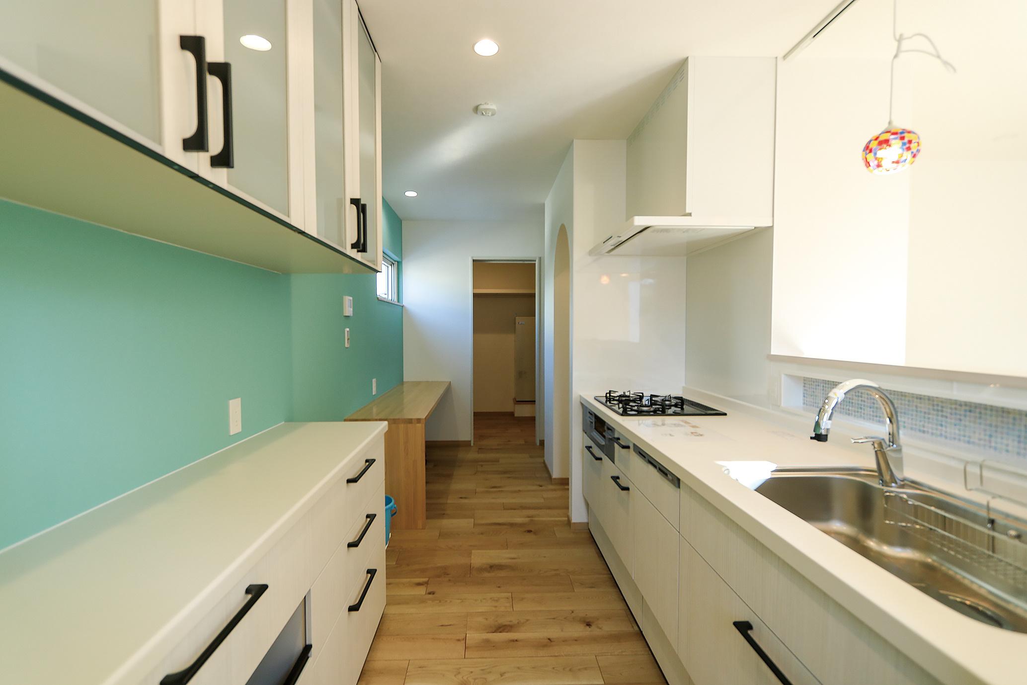 快適な家事動線が魅力。左手奥に家事カウンターがあり、その向かいがパントリー。一番奥はファミリークローゼット